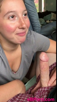 Whatsapp Mädchen mit süßen kleinen Titten beendet Close up Blowjob mit
