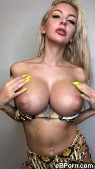 Ragazza Tiktok italiana fa doppia penetrazione vaginale ama essere